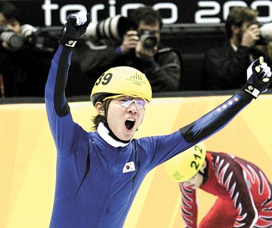빅토르 안은 2006년 토리노올림픽에선 태극마크를 달고 금메달을 땄다. [중앙포토]
