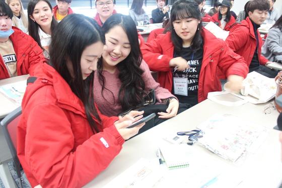 지난 1일 오사카역사박물관에서 만난 한일 대학생들이 연락처를 주고받고 있다. [사진 국립해양박물관]