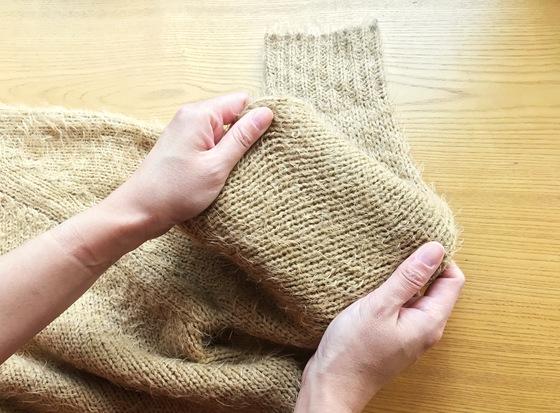 소매는 보통 세탁기 탈수 과정에서 이미 길게 늘어나 있다. 손으로 소매통을 가로로 골고루 당겨 형태를 잘 잡는다.
