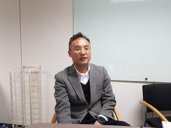 전기에너지의 변환 효율 제고 기술을 연구하는 하정익 서울대 교수. [송우영 기자]