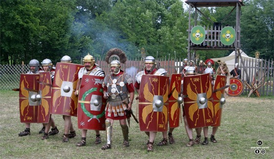 로마제국의 보병들이 사용했던 무기. 왼손에는 자신의 몸 전체를 가릴 수 있는 큰 방패를, 오른손에는 길이가 짧은 글라디우스 단검을 들고 있다. [(CC)MatthiasKabel at Wikipedia.org]