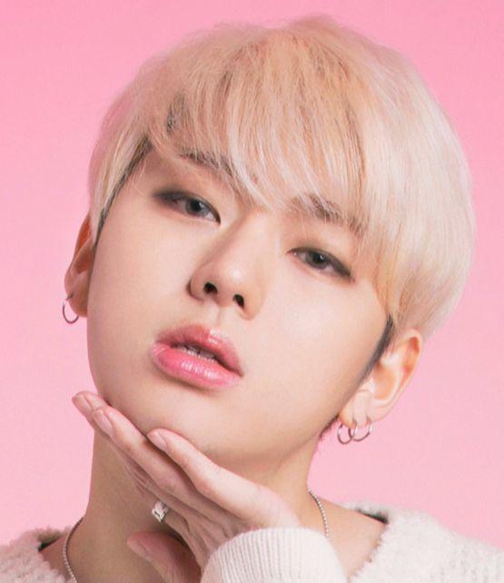블락비 지코. 핑크색 입술과 회색 컬러렌즈가 잘 어울린다. [사진 렌즈나인 홈페이지]