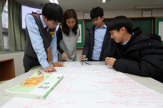 과학수업 시간에 조별로 모둠을 지어 토론식 수업을 하고 있는 서울 무학중 학생들과 손미현(왼쪽에서 두 번째) 교사. 강정현 기자