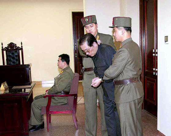 북한 김정은의 고모부인 장성택 국방위 부위원장이 2013년12월12일 국가안전보위부에서 특별군사재판을 받고 있다. 사형판결을 받은 장성택은 이날 곧바로 처형됐다. [노동신문]