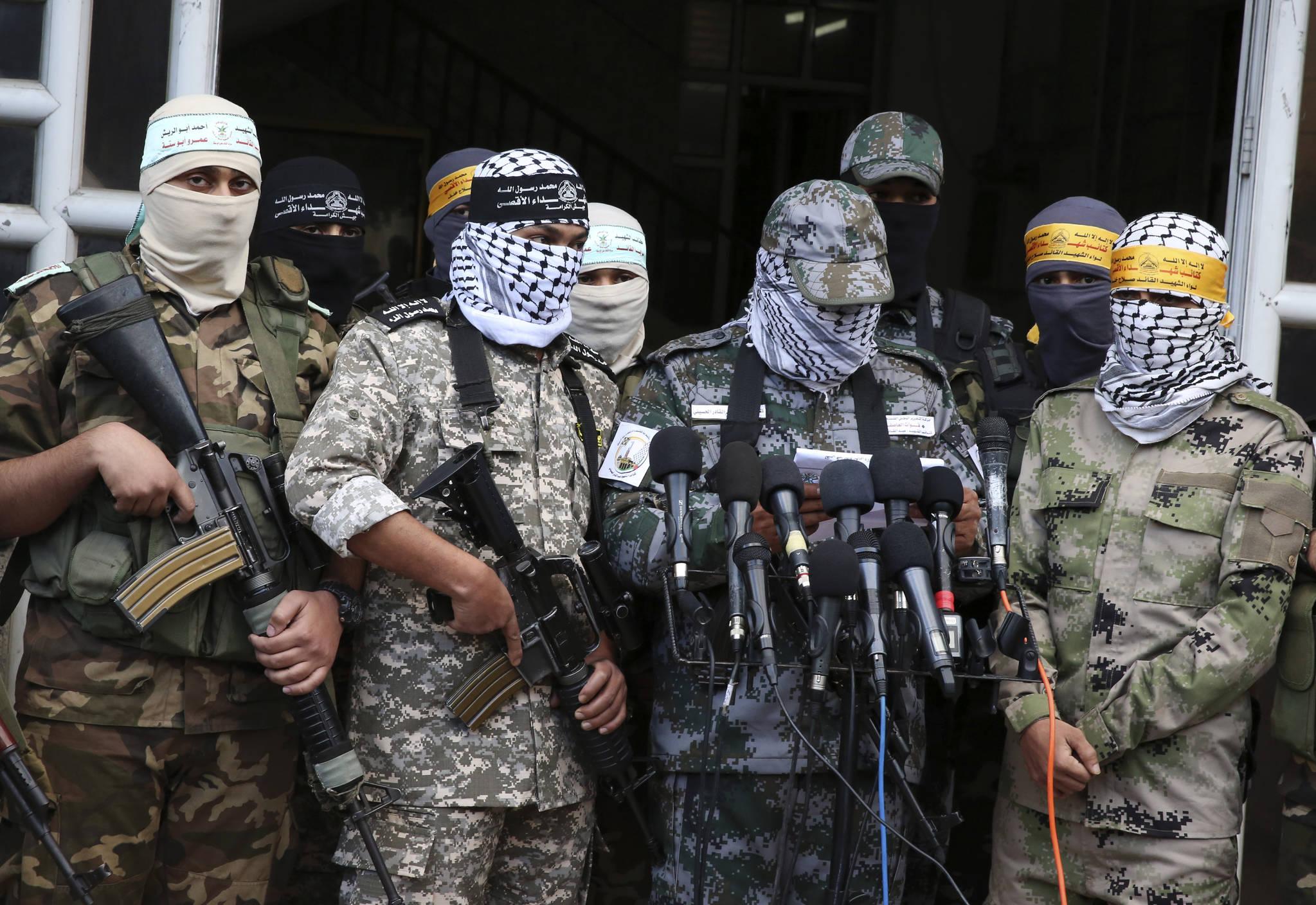 예루살렘 성전산에 있는 이슬람 성지인 알아크사 모스크를 지키는 '알아크사 순교자 여단' 소속 팔레스타인 민병대원들이 지난 7일 마스크를 쓰고 기자회견을 하고 있다. [AFP=연합뉴스]