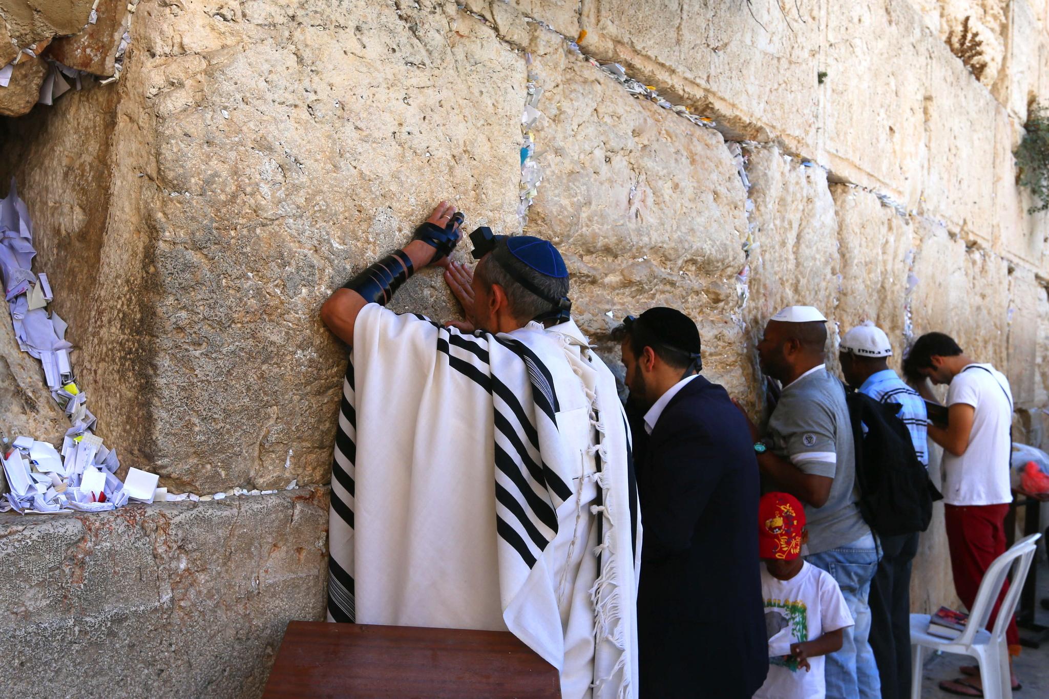 예루살렘 '통곡의 벽'에서 기도하는 유대인들. 타종교에 관대했던 페르시아 점령 시절인 기원전 6세기에 지어져 헤로데 왕 시절인 기원전 20년에 보수된 예루살렘 제2 성전의 서쪽 벽이다. 제2 성전은 기원 70년 유대 반란을 진압한 로마군에 의해 파괴돼 서쪽 벽과 일부 돌더미만 남았다. 로마는 유대인의 예루살렘 입성까지 금지했다.