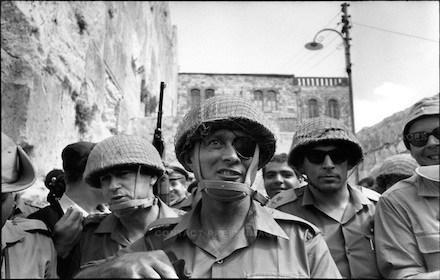 1967년 6일전쟁에서 승리한 이츠하크 라빈, 모셰 다얀, 우지 나르키스 등 군 지휘부가 예루살렘에 입성하고 있다. 6일전쟁 승리로 이스라엘은 요르단강 서안과 동예루살렘을 점령했다. [중앙포토]