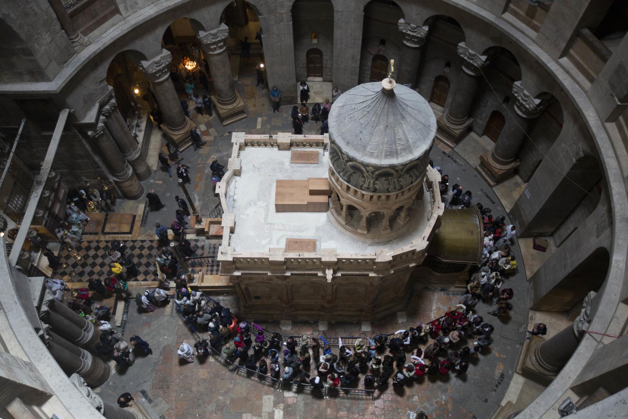 이스라엘 예루살렘 성묘교회의 가운데 있는 예수 무덤을 보기 위해 방문객들이 줄을 서 있는 모습. 예루살렘은 기독교는 물론 유대교와 이슬람교에도 성지다. [AP=뉴시스]