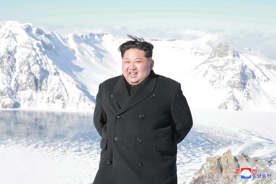 북한 김정은 노동당 위원장이 백두산에 올랐다고 조선중앙통신이 9일 보도했다. [조선중앙통신]