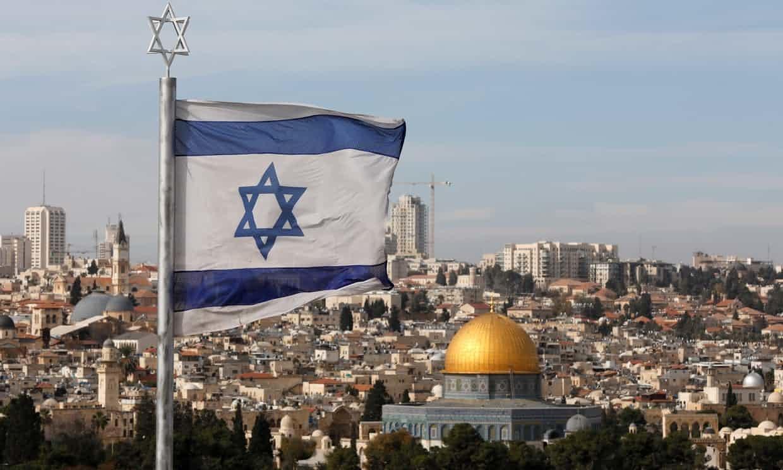 이스라엘 국기 너머로 예루살렘 구시가지의 성전산이 보인다. 오른쪽 황금 돔은 '바위의 돔'이고 왼쪽의 회색은 알아크사 모스크다. 둘 다 이슬람 성지다. [EPA=연합뉴스]