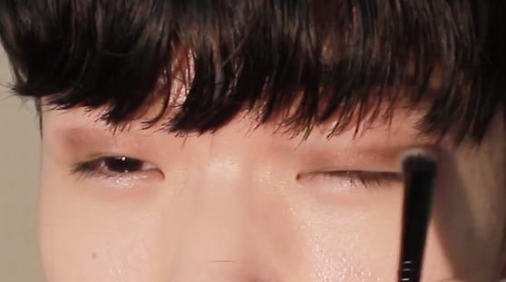 눈두덩이에 아이섀도를 칠하고 있는 고등학생 유튜버 준콩의 메이크업 영상. [사진 준콩]