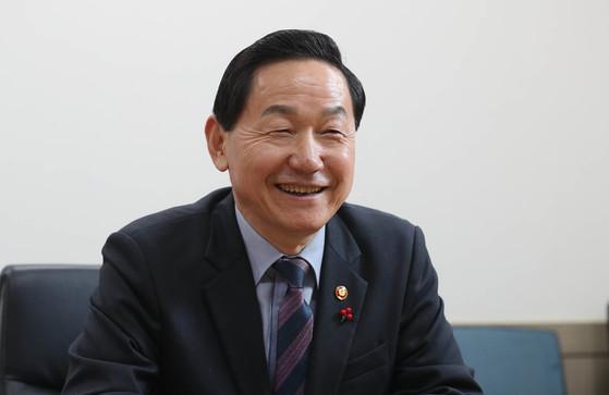 김상곤 사회부총리 겸 교육부 장관은 12일 오후 중앙일보와의 인터뷰에서 수능 시험을 복수로 치르는 방안에 대한 검토 입장을 밝혔다. 신인섭 기자