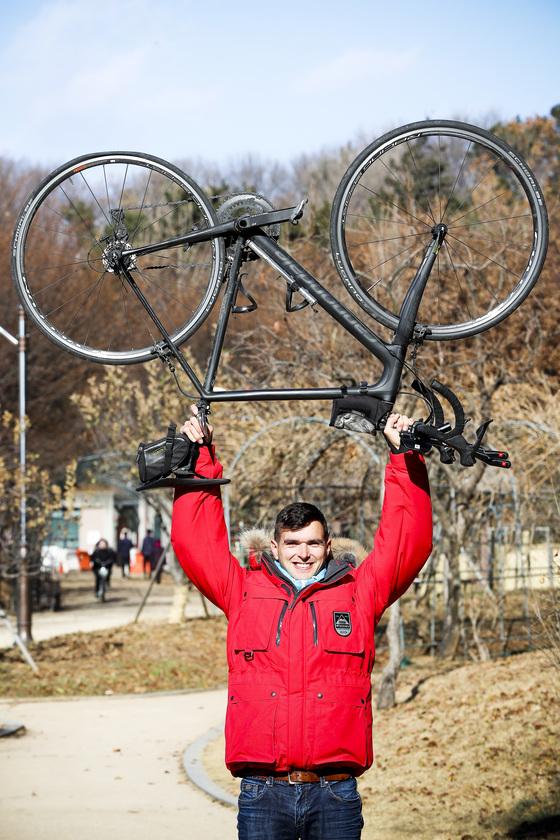 JTBC '비정상회담' 출연으로 유명세를 탄 영국인 탐험가 제임스 후퍼. 그는 지난 9월 낙동강에서 서울 남산까지 6박7일 간 자전거 종단을 통해 '원 마일 클로저' 기부 캠페인을 진행했다. [김경록 기자]