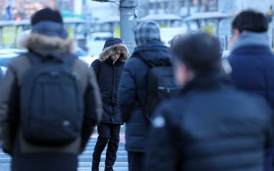 서울의 아침기온이 영하7도까지 떨어진 5일 아침 출근길 시민들이 잔뜩 웅크린채 걸음을 재촉하고 있다. 박종근 기자