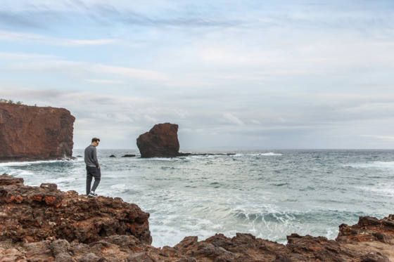 마넬레 베이에 있는 포시즌 호텔에서 15~20분 바위절벽을 따라 걸어 올라가면 하와이의 슬픈 전설이 내려오는 낭만적인 명소 푸우페헤 바위섬(사진 한 중앙)에 닿을 수 있다. [사진 포시즌호텔]