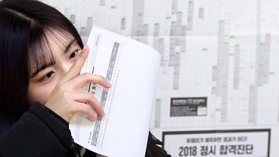 2018학년도 대학수학능력시험 성적 발표일인 12일 오전 서울 여의도여고에서 한 학생이 성적을 확인하고 있다. 조문규 기자