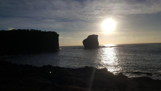 모닝 요가 후 해안절벽을 올라 감강한 일출. 푸우페헤에서의 일출은 일몰만큼 아름다웠다. 안혜리 기자