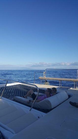 배 앞쪽에는 바닷물이 그대로 보이는 그물 위로 두 사람이 함께 누워서 풍경을 감상할 수 있다. 안혜리 기자