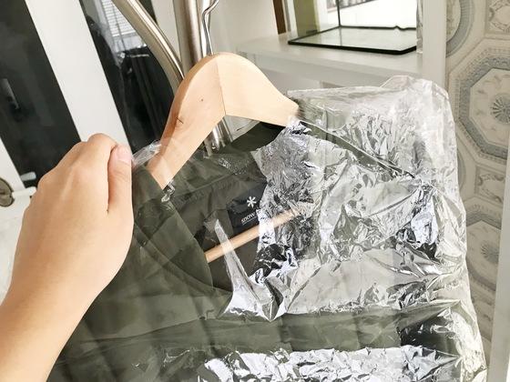 세탁소 비닐커버 안에 습기를 머금은 옷을 넣어 건다.