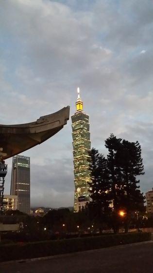 오른쪽은 타이베이 상징인 101층짜리 101빌딩. 왼쪽에 중화민국을 세운 쑨원(孫文) 기념관의 처마가 보인다. 대만 경제성장의 심볼이며 중국에 당당한 태도를 보이는 국민 자부심을 상징하기도 한다.