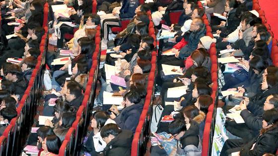 서울시교육청 주최로 14일 서울 경희대에서 열린 '대입 정시전형 진학설명회'를 찾은 학생과 학부모들이 입시 전문가의 정시 지원 전략을 듣고 있다. [최승식 기자]