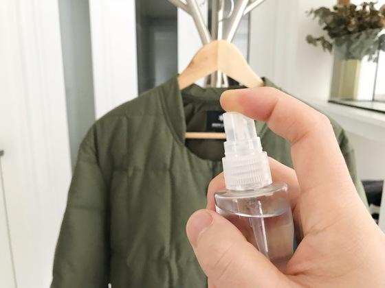 음식 냄새가 진하게 밴 옷에 먼저 분무기를 이용해 물을 골고루 뿌린다.