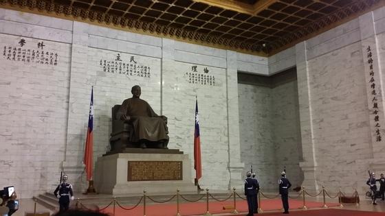 대만 타이베이의 중정기념관에 있는 장졔스의 동상.