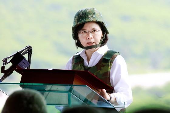 대만 최대 군사 훈련인 한광(漢光) 훈련이 있었던 지난해 8월 25일 핑둥 기지에서 연설하는 차이잉원 총통. 차이 총통 취임 후 처음 실시되는 훈련으로 중국군상륙을 봉쇄하는 작전도 실시됐다. 한광 훈련은 중국의 기습 공격과 침투를 가정해 육해공 3군의 연합작전 수행 능력을 점검하는 훈련이다. [사진: 중앙포토]