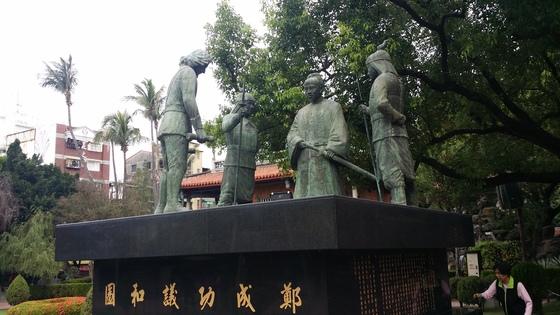 대만 남부 타이중(臺中)의 정성공((鄭成功,1624~1664)의 동상. 네덜란드 동인도회사가 1624~1662년 대만을 지배하던 당시 중심지였던 프로방시아 요새 자리에 있다. 지금은 츠칸러우(赤嵌樓)로 부른다. 중일 무역에 종사하던 중국인 아버지와 일본인 어머니 사이에서 태어난 정성공은 명청 교체기에 병력을 이끌고 대만으로 건너와 네덜란드 세력을 몰아냈다. 동상은 네덜란드인 총독의 항복을 받는 모습으 재현했다. 정성공과 그의 후손들은 동녕왕국(東寧王國)을 세워 1361~1383년 통치하다 청나라에 흡수됐다. 이를 계기로 한족들이 대거 타이완으로 몰려왔다. 대만은 이를 대만 근대사의 시초로 보고 이곳을 관광지로 꾸며놓았다.