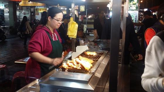 타이베이의 닝샤 야시장의 모습. 노점들도 다국어 간판을 달고 QR코드를 활용해 음식 재료이 원산지와 조리법을 고객들에게 알려주며 동남아시아와 남아시아 관광객이 찾아주기를 기다리고 있다.