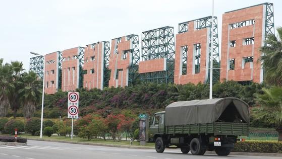 중국 샤먼시 해안가에 '하나의 나라, 두 개의 체제 통일중국'이란 정치 구호 입간판이 세워져 있다. 건너편이 대만 진먼다오(금문도)다. [사진: 중앙포토]