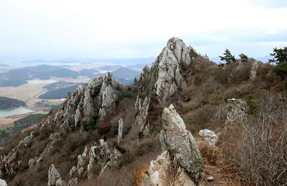 기암괴석이 일품인 달마산 능선에서 바라본 땅끝마을 일대의 전경. 프리랜서 장정필