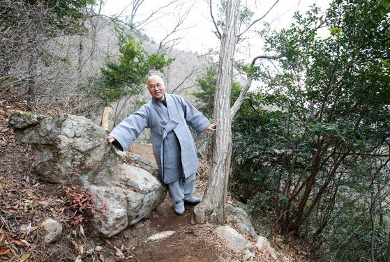 미황사 주지인 금강 스님이 기존 바위와 나무 등을 최대한 살린 달마고도를 만든 과정을 설명하고 있다. 프리랜서 장정필
