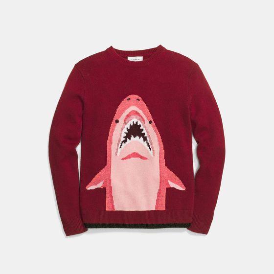 커다란 상어가 그려진 코치의 빨간 울 캐시미어 혼방 스웨터는 즐거운 스타일링을 도와줄 패션 아이템이 된다. 가격 별도 문의. [사진 코치]