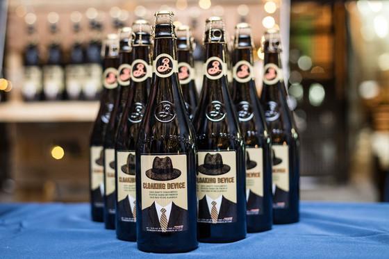 실험적인 수제맥주를 생산하는 브루클린 브루어리의 포터 맥주 '클로킹 디바이스'는 프랑스 레드 와인을 담았던 오크통에서 숙성시켜 독특한 맛이 난다. 가격 750mL 6만원. [사진 브루클린브루어리]