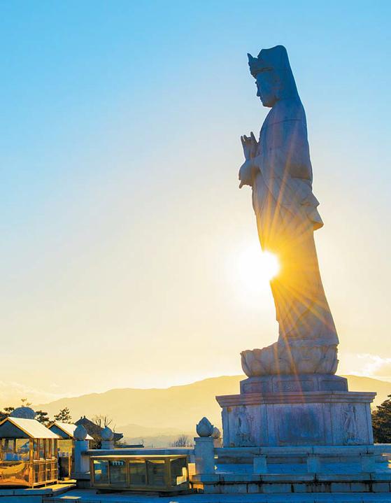 한국불교문화사업단은 2018년을 맞아 '올해는 함께 해 보자 템플스테이'를 실시한다. 전국 각지의 아름답고 유서 깊은 사찰 56곳에서 다양하고 따뜻한 프로그램을 진행한다. 사진은 낙산사 해수관음상.