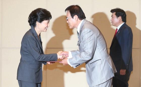 2012년 10월 박근혜 새누리당 대선후보가 국회 헌정기념관에서 열린 재외선거대책위원회 발대식에 참석해 자니윤에게 임명장을 수여하고 있다. [중앙포토]