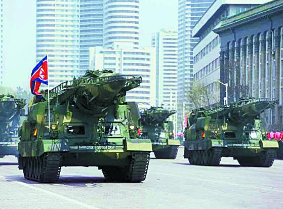 지난 4월 15일 김일성 생일 기념 열병식에서 북한이 처음으로 공개한 신형 정밀유도미사일. 스커드미사일 개량형으로 대함탄도미사일(ASBM)으로도 사용될 수 있다. [노동신문]