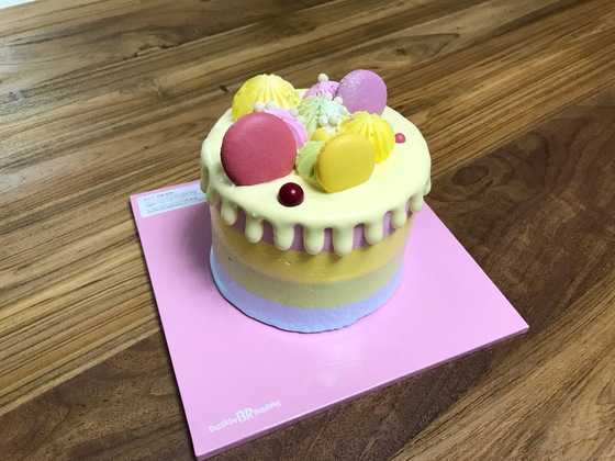 이번엔 아이스크림 케이크다. 실제 크기는 작은데 포장해온 스티로폼 상자는 상당히 크다.