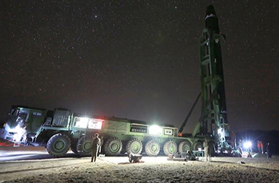 지난달 29일 북한 전략군이 대륙간탄도미사일(ICBM)인 화성-15형을 똑바로 세우고 있다. 북한 매체는 이 미사일이 미국 전역을 타격할 수 있다고 주장했다. 중앙일보 군사안보연구소 조사 결과 북한은 2012년 전후로 미사일 부품·소재 핵심 기술을 확보했다. [조선중앙통신=연합뉴스]