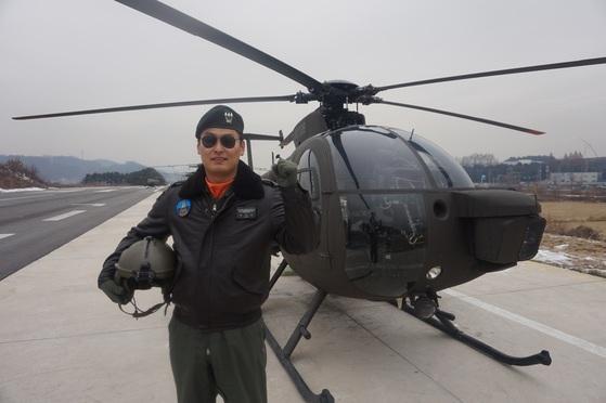 '올해의 탑 헬리건'으로 뽑힌 윤지승 대위가 자신이 모든 500MD 앞에 서 있다. [사진 육군]