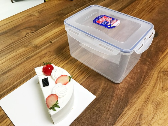 남은 케이크는 밀폐용기에 보관하면 마르지 않고 냉장고 냄새도 배지 않는다. 단 방법은 거꾸로.