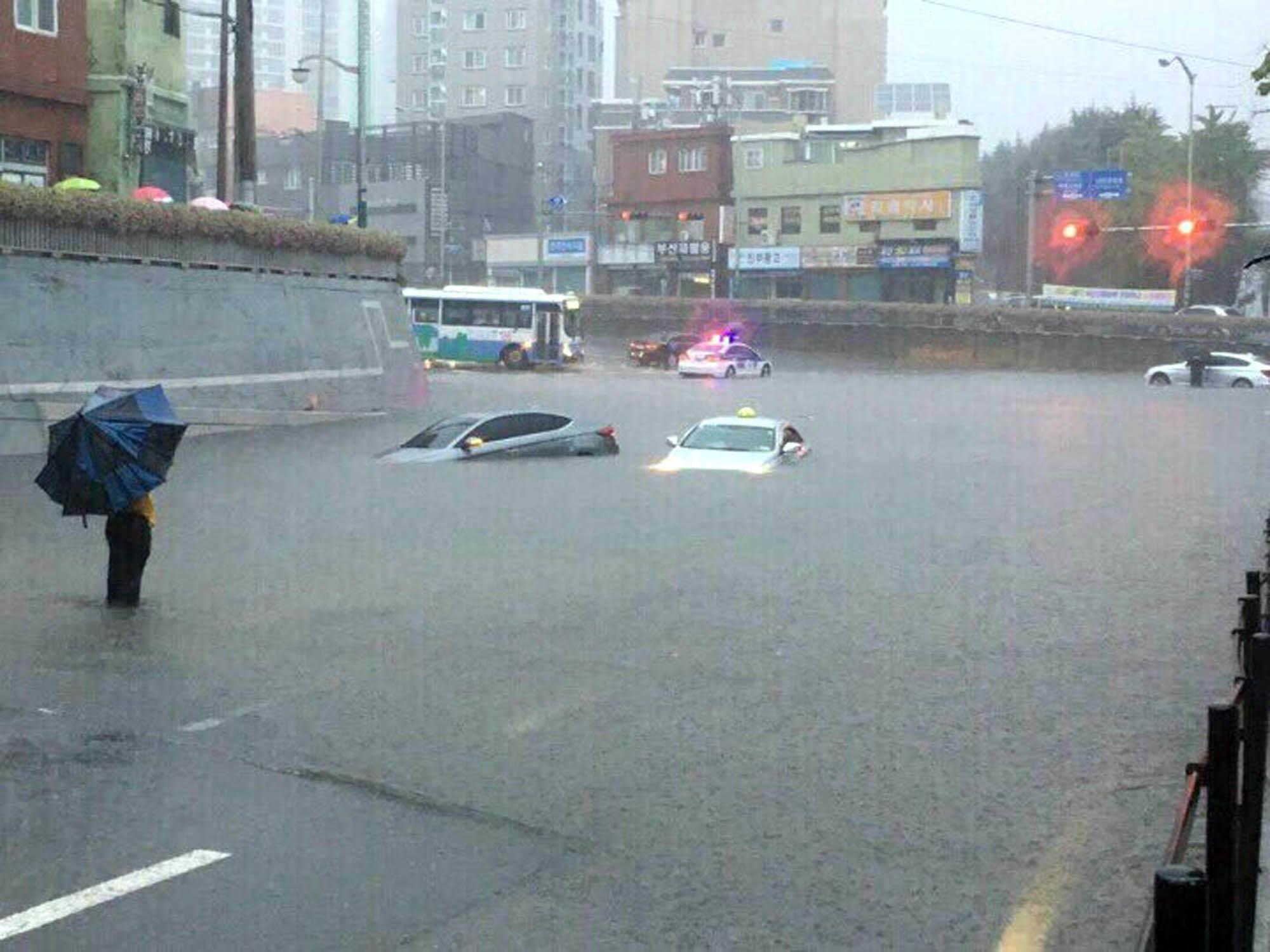 부산에 시간당 100㎜의 비가 쏟아진 지난 9월 11일 연제 구 등의 도로는 침수됐고, 중구 에선 주택이 붕괴됐다. 갑자기 불어난 물에 가야대로에서 차량이 침수됐다.  [사진제공=독자]