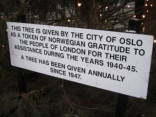 영국 런던 트라팔가르 광장의 성탄 트리 아래에 이 트리의 유래가 적혀있다. 노르웨이 오슬로시는 영국이 제2차 세계대전 중 노르웨이를 침공한 나치에 맞서 함께 싸웠고 점령기간에는 레지스탕스 운동을 지원한 데 대한 감사의 표시로 1947년부터 성탄 트리용 전나무를 매년 기증하고 있다. [flickr Razlan]