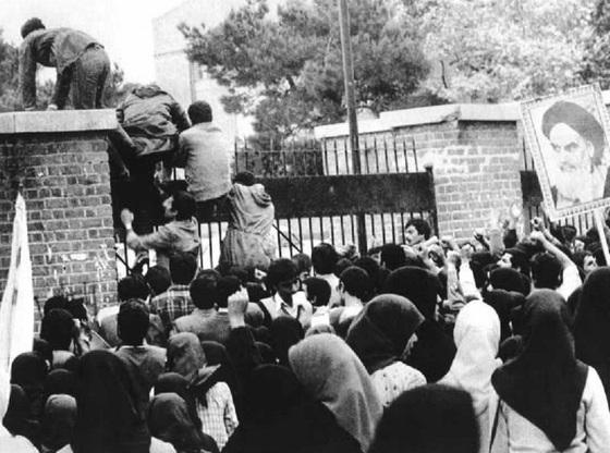 1979년 11월 4일 테헤란 미국대사관 인질사건이 시작되던 당시 이란인들이 미국 대사관의 담을 넘어 들어가고 있다.[중앙포토]