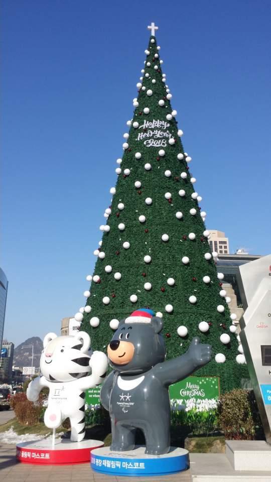 서울시청 앞 광장에 들어선 성탄 트리. 트리 앞에 2018년 2월 9일부터 25일까지 열리는 평창 동계올림픽을 알리기 위해 마스코트인 수호랑과 반다비가 세워져 있다. [채인택]