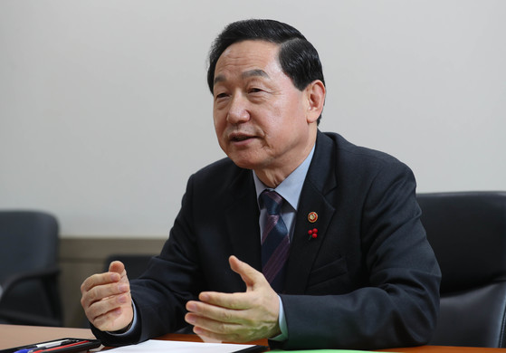 지난 11월 김상곤 사회부총리 겸 교육부 장관은 강사법 페기 등 전면 재검토 입장을 밝혔다. [중앙포토]