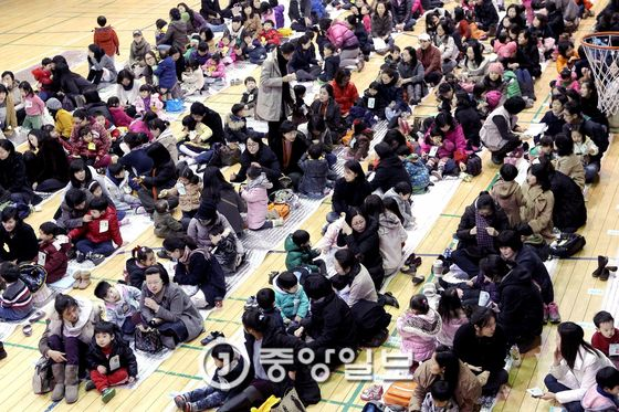 지난 2011년 서울 목동의 한 체육관에서 부모와 아이들이 서울경인 지역 유치원 신입생 원아 추첨을 기다리고 있다. [중앙포토]