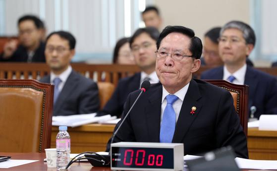 송영무 국방부 장관이 13일 열린 국회 국방위원회 전체회의에 출석해 의원 질의를 듣고 있다. 박종근 기자