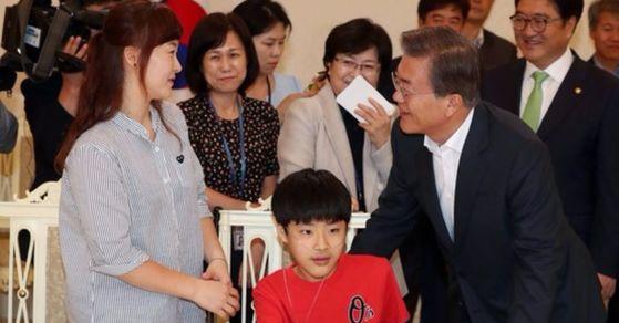지난 8월 문재인 대통령이 청와대에서 가습기 살균제 피해자를 면담하고 있는 모습. [중앙포토]